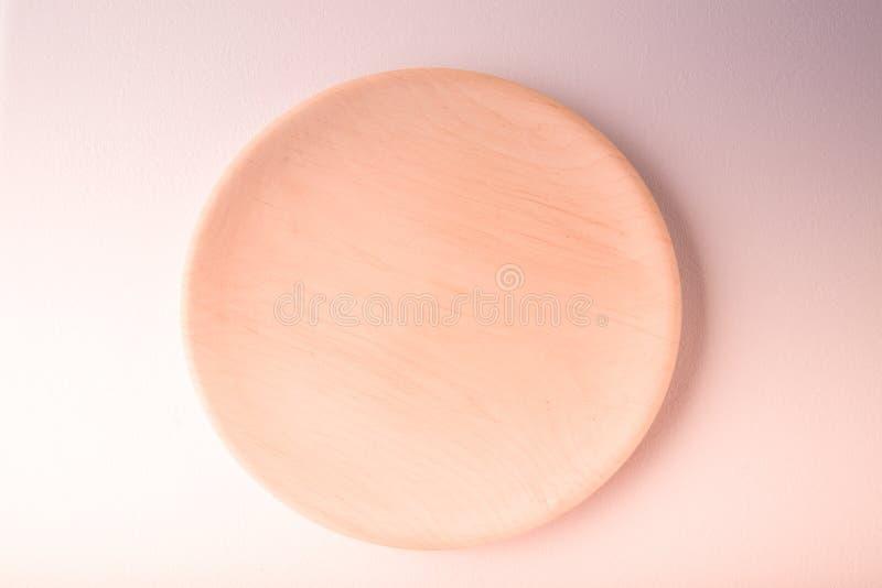 Vista superiore di un piatto pastello su un fondo pastello della pesca Fotografia dell'alimento di minimalismo Stile geometrico immagine stock