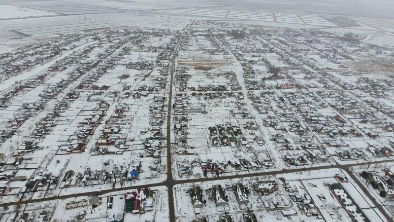 Vista superiore di un villaggio di inverno L'agglomerato rurale è coperto di neve Neve ed inverno nel villaggio fotografie stock