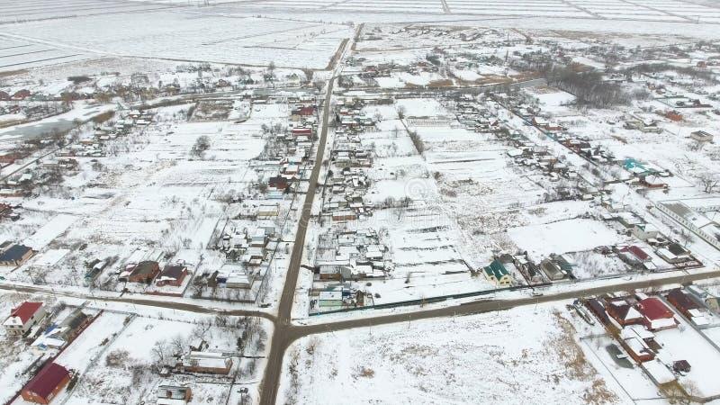 Vista superiore di un villaggio di inverno L'agglomerato rurale è coperto di neve Neve ed inverno nel villaggio immagine stock