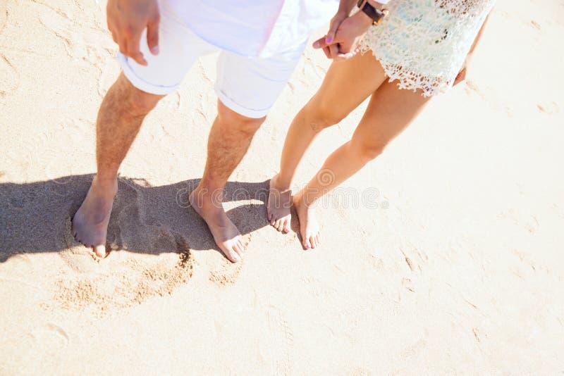 Vista superiore di una coppia alla spiaggia immagine stock