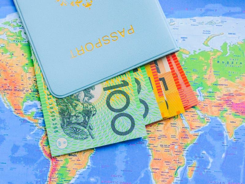 Vista superiore di una mappa e degli oggetti, progettando un viaggio o un'avventura Banconote del dollaro fotografia stock libera da diritti