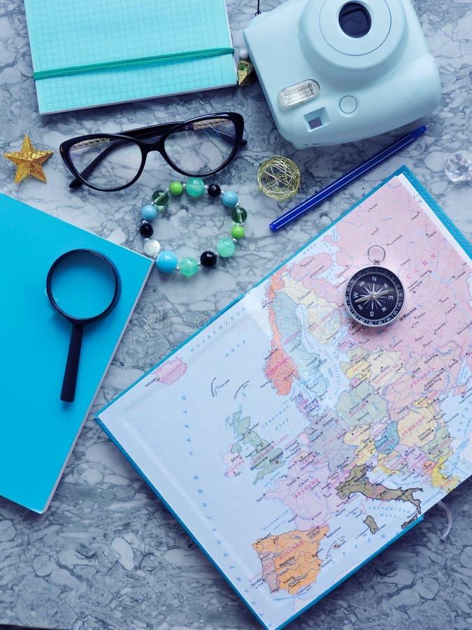 Vista superiore di una mappa e degli oggetti Progettazione un viaggio o dell'avventura Sogni di pianificazione di viaggio immagini stock