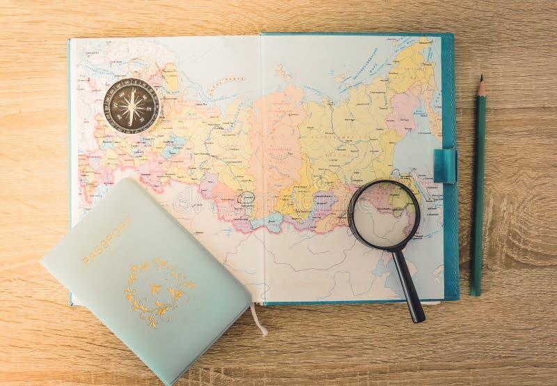 Vista superiore di una mappa e degli oggetti Progettazione un viaggio o dell'avventura Sogni di pianificazione di viaggio fotografie stock
