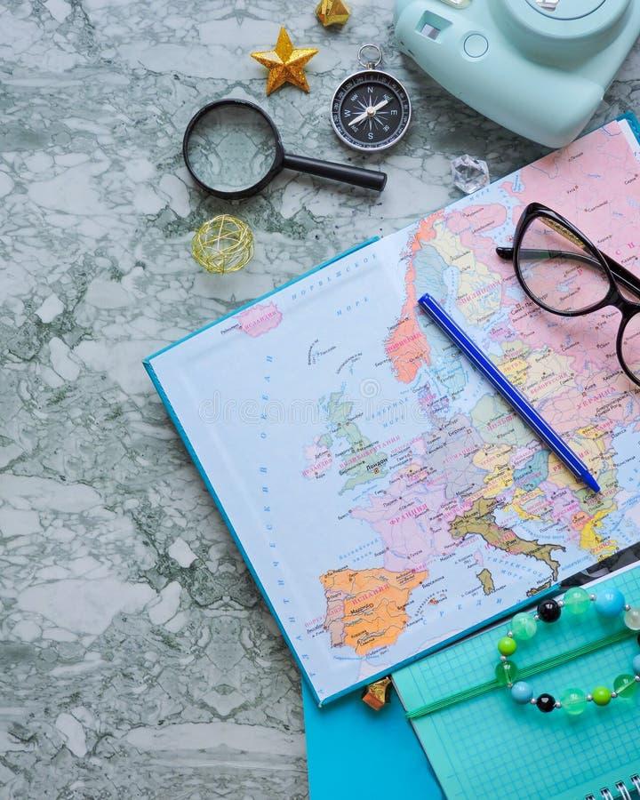Vista superiore di una mappa e degli oggetti Progettazione un viaggio o dell'avventura Sogni di pianificazione di viaggio fotografia stock libera da diritti