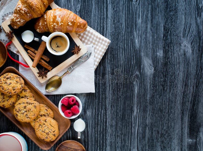 Vista superiore di una tavola di legno in pieno dei dolci, frutti, caffè, biscotti fotografia stock libera da diritti