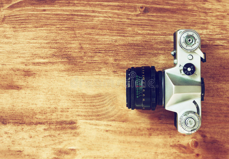 Vista superiore di vecchia macchina fotografica sopra la tavola di legno retro filtro immagini stock libere da diritti
