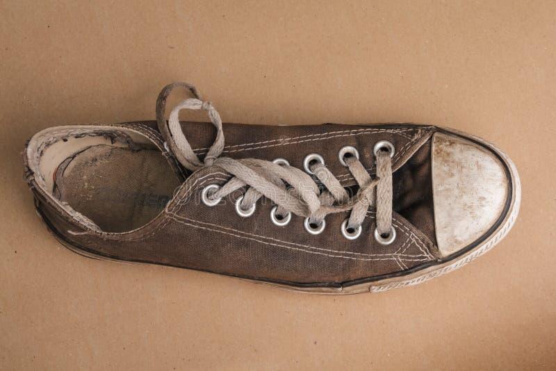Vista superiore di vecchia scarpa di tennis fotografie stock