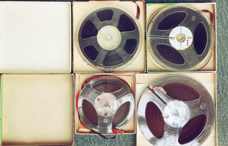 Vista superiore di vecchio nastro della registrazione del suono, di tipo bobina a bobina e della scatola fotografia stock libera da diritti