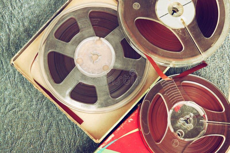 Vista superiore di vecchio nastro della registrazione del suono, di tipo bobina a bobina e della scatola fotografia stock
