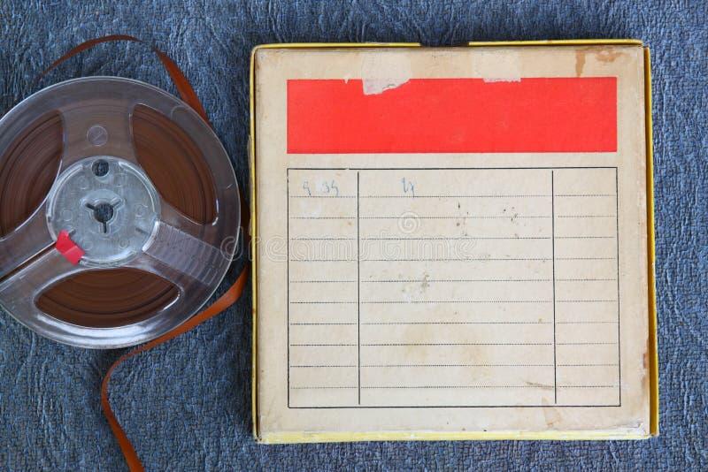 Vista superiore di vecchio nastro della registrazione del suono, di tipo bobina a bobina e della scatola con stanza per testo Imm immagini stock libere da diritti