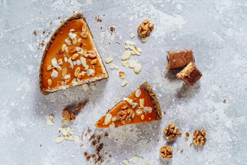Vista superiore dolce della torta della torta di formaggio dell'arachide e del caramello fotografia stock libera da diritti