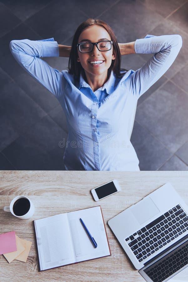 Vista superiore Donna di affari attraente in ufficio immagini stock libere da diritti