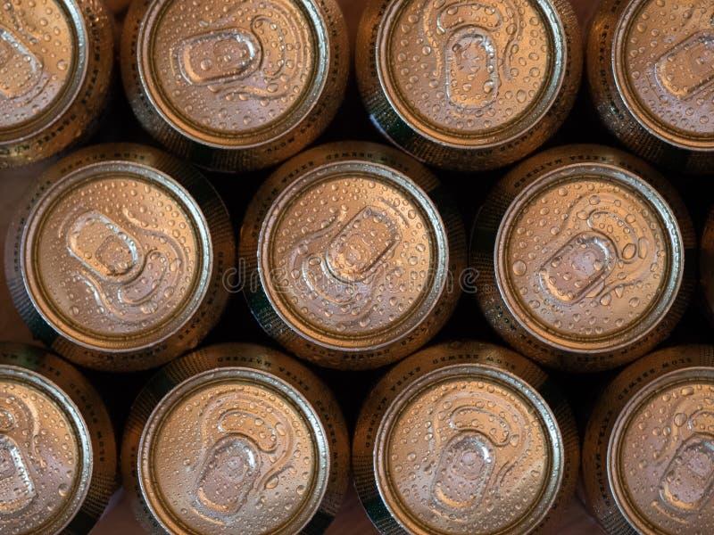Vista superiore e fine su delle latte di birra di rinfresco immagini stock libere da diritti