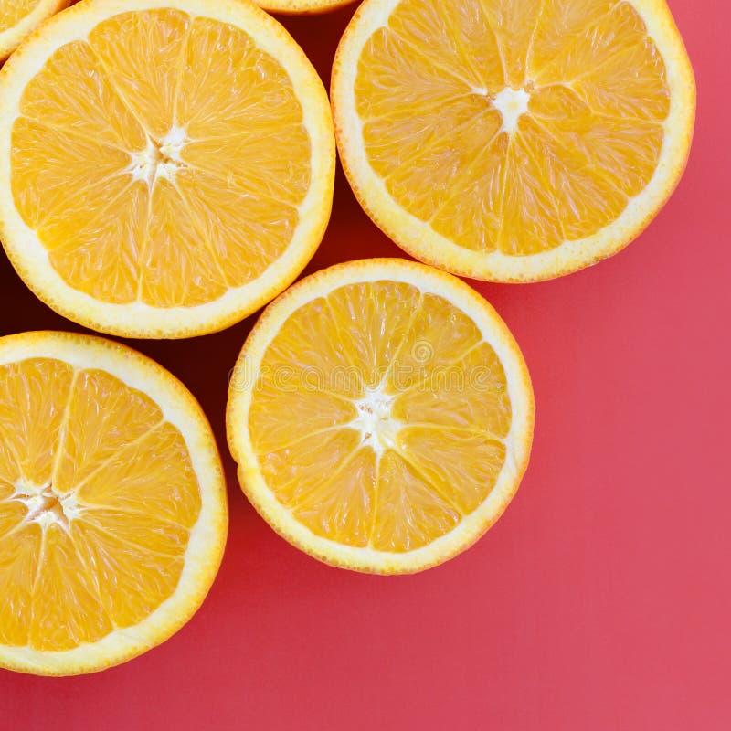 Vista superiore fette arancio di parecchie di una frutta su fondo luminoso i fotografie stock