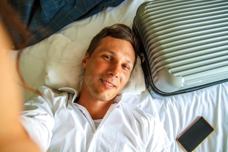 Vista superiore Giovane uomo d'affari che si rilassa sul letto dopo un giorno duro sul lavoro fotografie stock libere da diritti