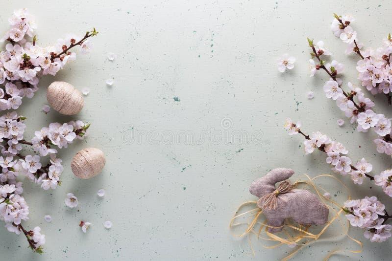 Vista superiore Il coniglietto di pasqua è fatto a mano da tela da imballaggio, dalle palle decorative di cordicella e dai fiori immagine stock