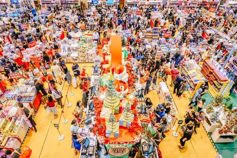 Vista superiore molta gente che cammina sull'acquisto del pianterreno nell'area del grande magazzino a Singapore immagini stock libere da diritti