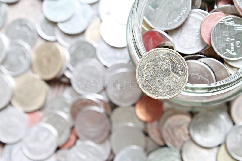 Vista superiore o disposizione piana delle monete di baht tailandese o del mucchio delle monete fotografia stock libera da diritti