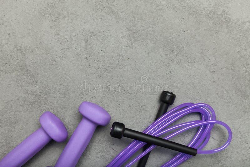 Vista superiore, pesi e salto della corda, spazio vuoto per testo fotografie stock libere da diritti