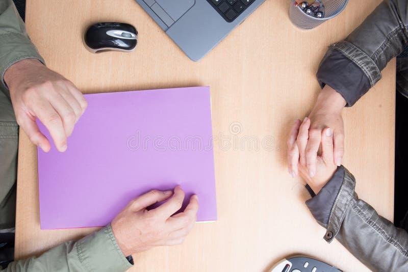 Vista superiore piana dello scrittorio con la riunione dell'uomo d'affari e della donna di affari della mano fotografie stock libere da diritti