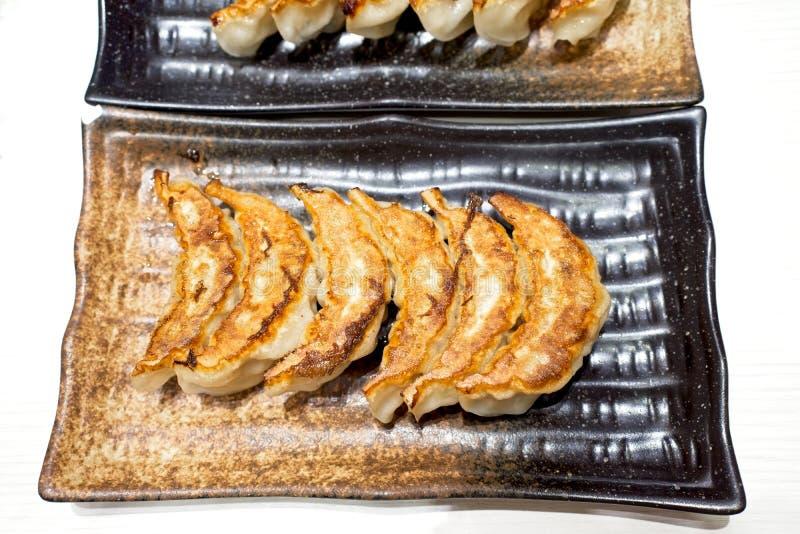 Vista superiore, polpette giapponesi chiamate Gyoza o Jiaozi in Cina, Gyoza con la carne suina e le verdure, fine su Gyoza in ban fotografia stock