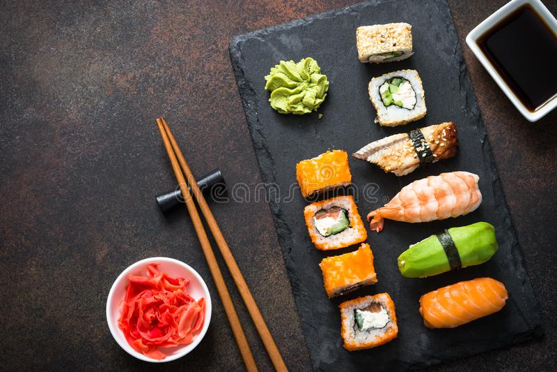 Vista superiore stabilita del rotolo dei sushi, di maki, di nigiri e di sushi immagine stock