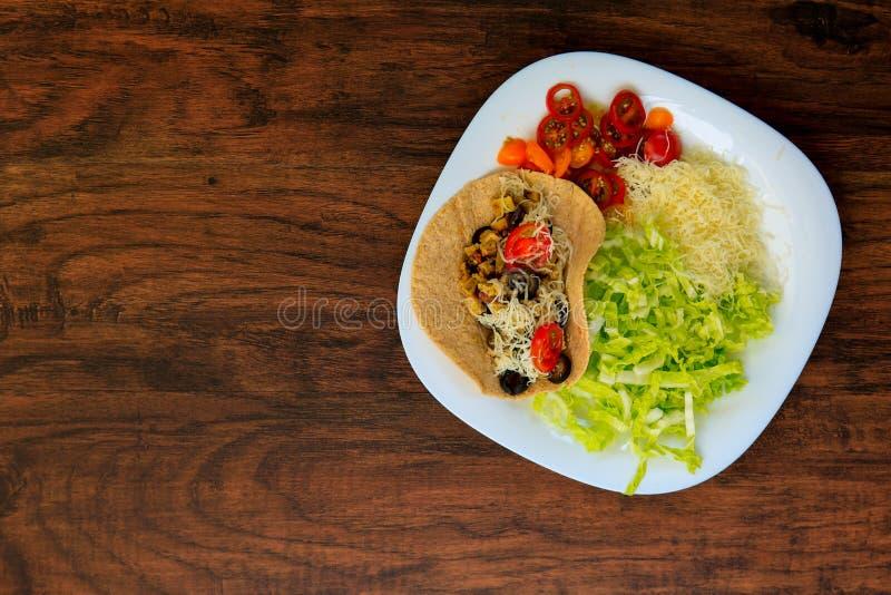 Vista superiore su un piatto con il taco saporito con le verdure arrostite fotografia stock libera da diritti