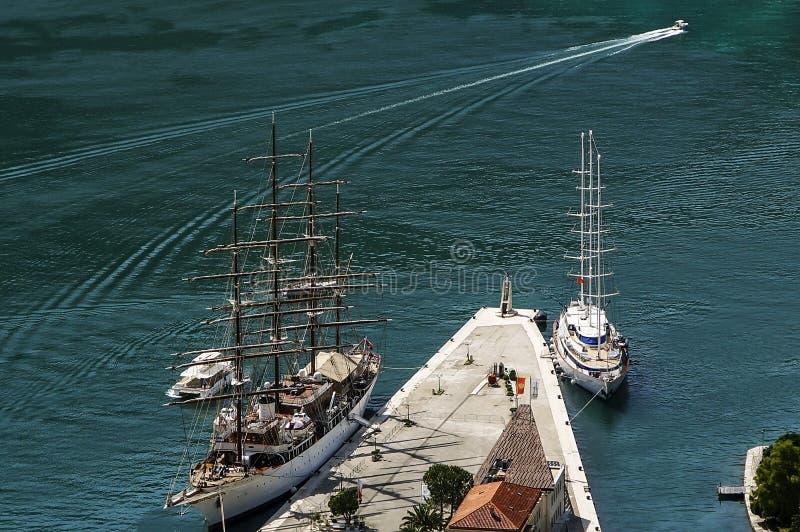 Vista superiore su una baia della città e su parecchie navi alla costa immagine stock