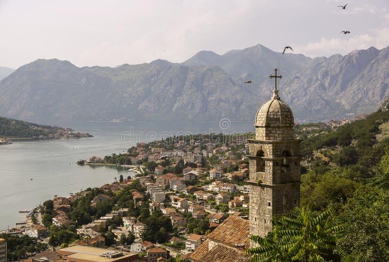 Vista superiore su una baia e sulle montagne della città con gli uccelli di volo immagine stock libera da diritti