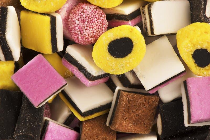 Vista superiore su una pila di caramelle della liquirizia come fondo astratto immagine stock