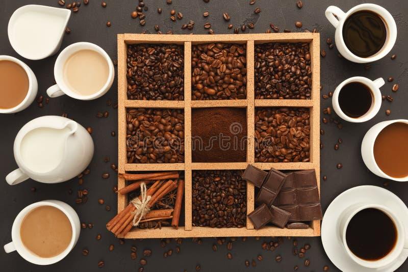 Vista superiore sui chicchi di caffè nel telaio e sulle tazze piene, fondo con lo spazio della copia fotografia stock libera da diritti