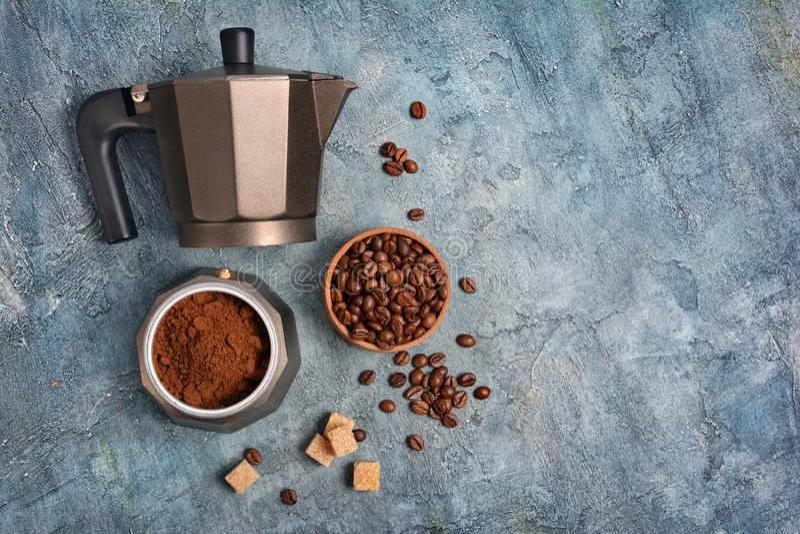 Vista superiore sulla macchinetta del caffè aperta del geyser con caffè macinato ed i fagioli per il caffè espresso di mattina immagine stock