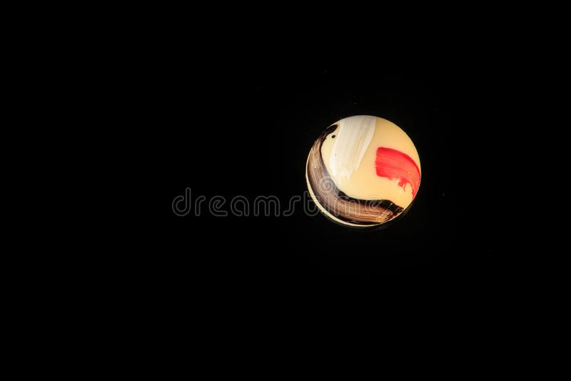 Vista superiore sulla singola caramella di cioccolata bianca a forma di rotonda fotografia stock libera da diritti