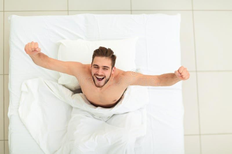 Vista superiore Un uomo molto felice fotografia stock