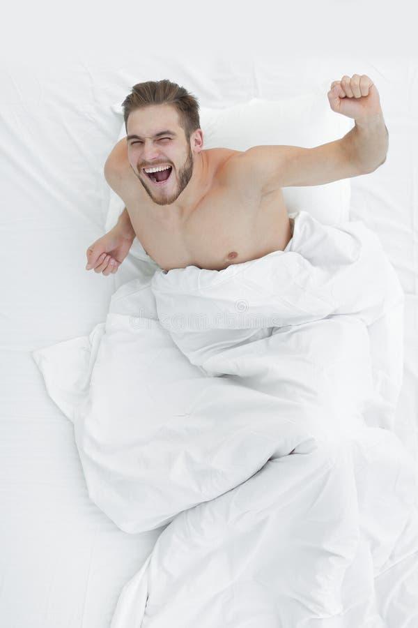 Vista superiore uomo una domenica mattina molto felice immagine stock
