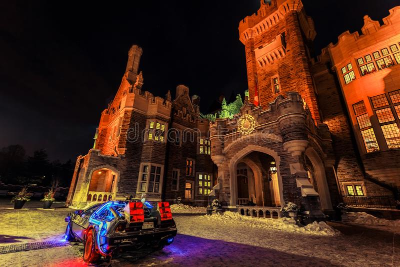 Vista surpreendente da casa LOMA velha, do castelo do vintage na noite de convite, iluminada com vários luzes e modelo do carro d foto de stock