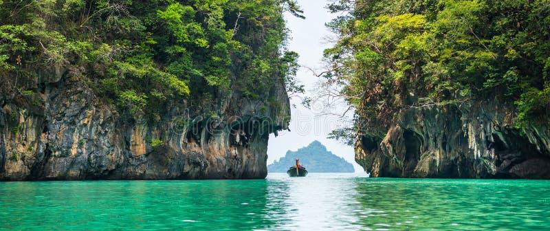 Vista surpreendente da lagoa bonita com água de turquesa em Koh Hon imagens de stock royalty free