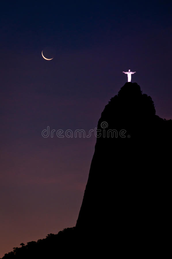 Vista surpreendente da montanha de Corcovado na noite imagens de stock royalty free