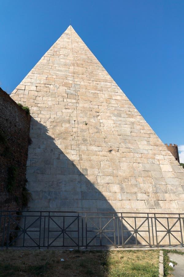 Vista surpreendente da pirâmide de Caius Cestius na cidade de Roma, Itália fotos de stock