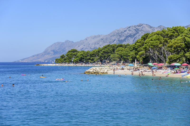 Vista surpreendente da praia de Brela, Dalmácia, Croácia imagem de stock