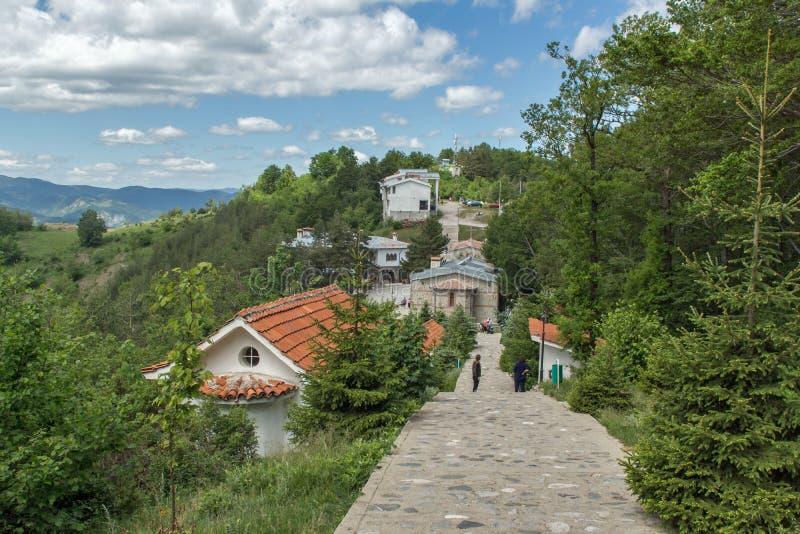 Vista surpreendente das igrejas na floresta da cruz do gora de Krastova, montanha de Rhodope, Bulgária fotografia de stock