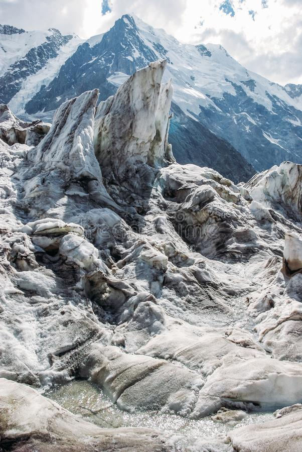 a vista surpreendente das montanhas ajardina com neve, Federação Russa, Cáucaso, fotos de stock