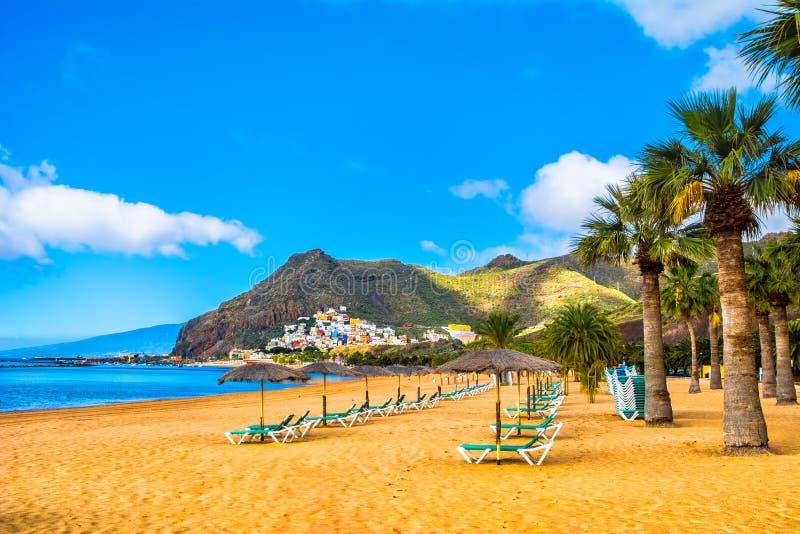 Vista surpreendente de las Teresitas da praia com areia amarela, guarda-chuvas, imagem de stock royalty free