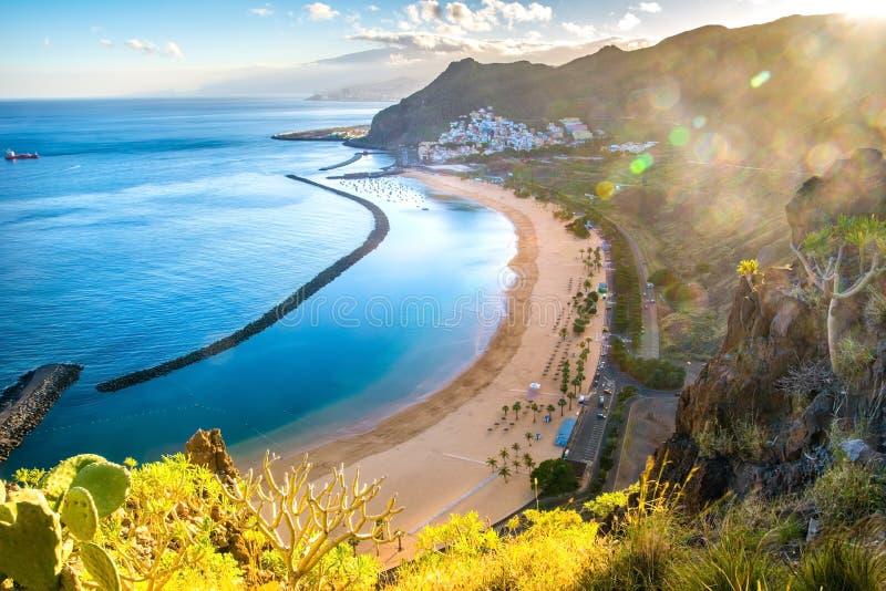 Vista surpreendente de las Teresitas da praia com areia amarela Lugar: Santa Cruz de Tenerife, Tenerife, Ilhas Canárias Imagem ar fotografia de stock