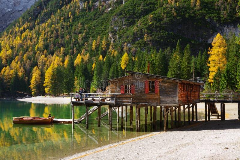 Vista surpreendente do lago Braies fotos de stock royalty free