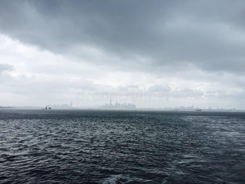 Vista surpreendente a Manhattan no tempo nebuloso fotos de stock