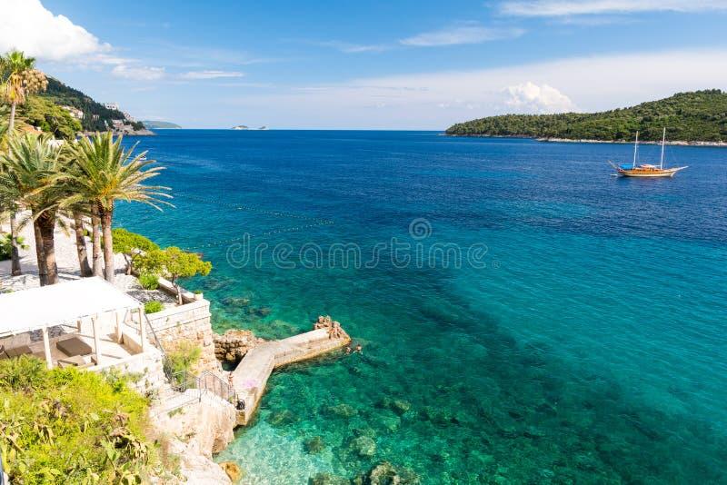 Vista surpreendente no mar de adriático perto de Dubrovnik em Dalmácia sul, Croácia imagem de stock