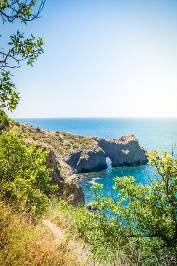 Vista surpreendente no mar e nas montanhas na distância no verão quente Férias, curso do verão O Mar Negro, seacoast Crimeia imagens de stock royalty free