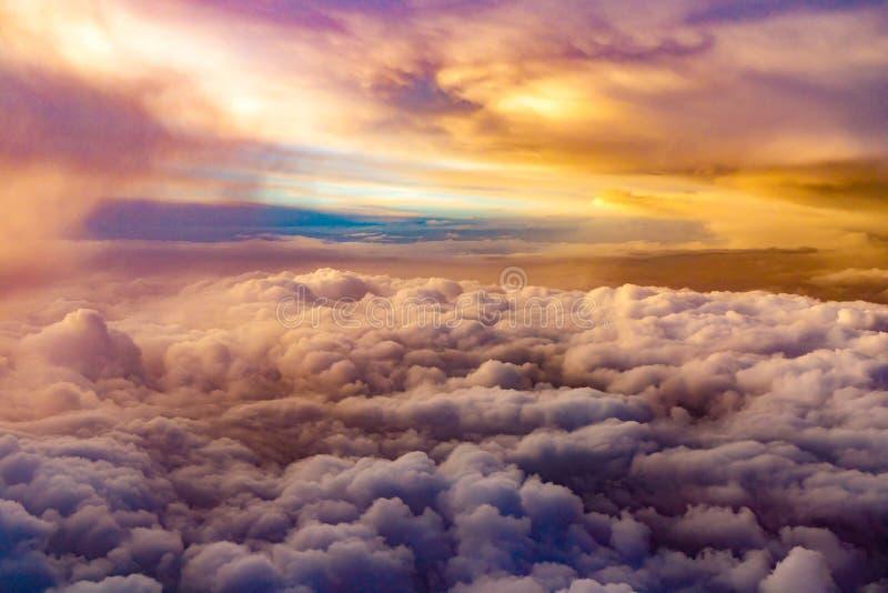 Vista surreale da sopra con una coperta delle nuvole fotografia stock