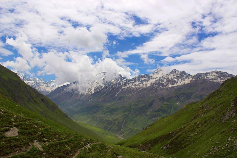 Vista surreale del paesaggio delle montagne verdi e rocciose Himachal Pradesh fotografia stock